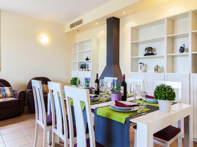 Comedor interior y acogedor del chalet con piscina privada en Sitges