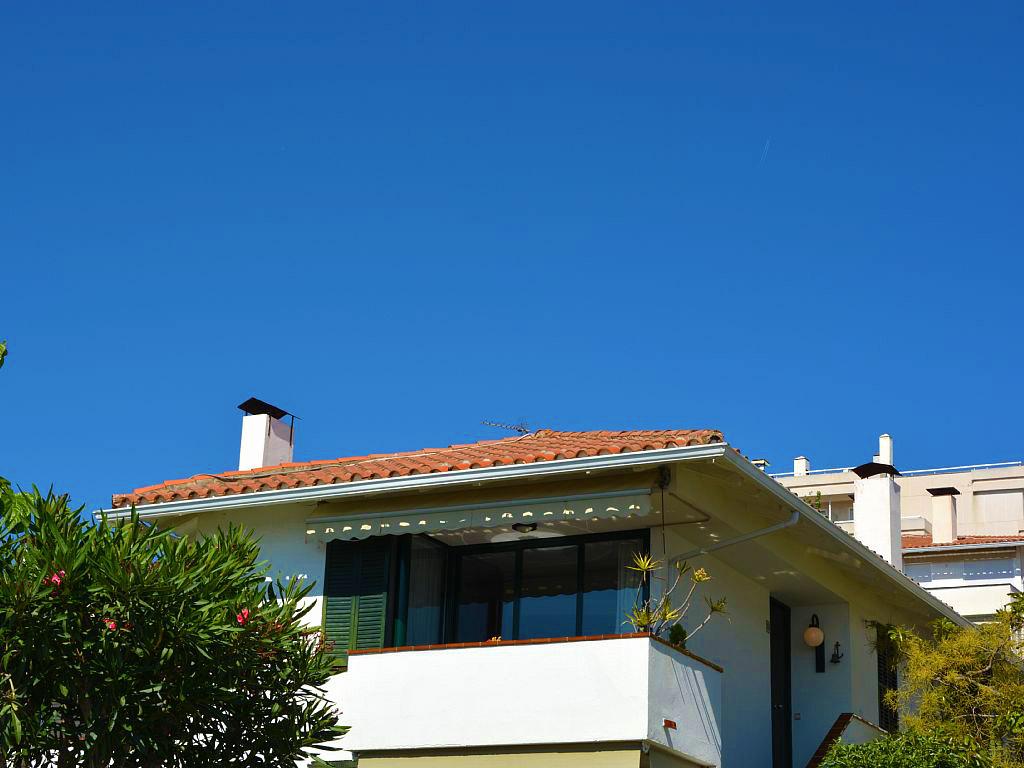 terraza con vistas sobre el mar en el apartamento de sitges para vacaciones