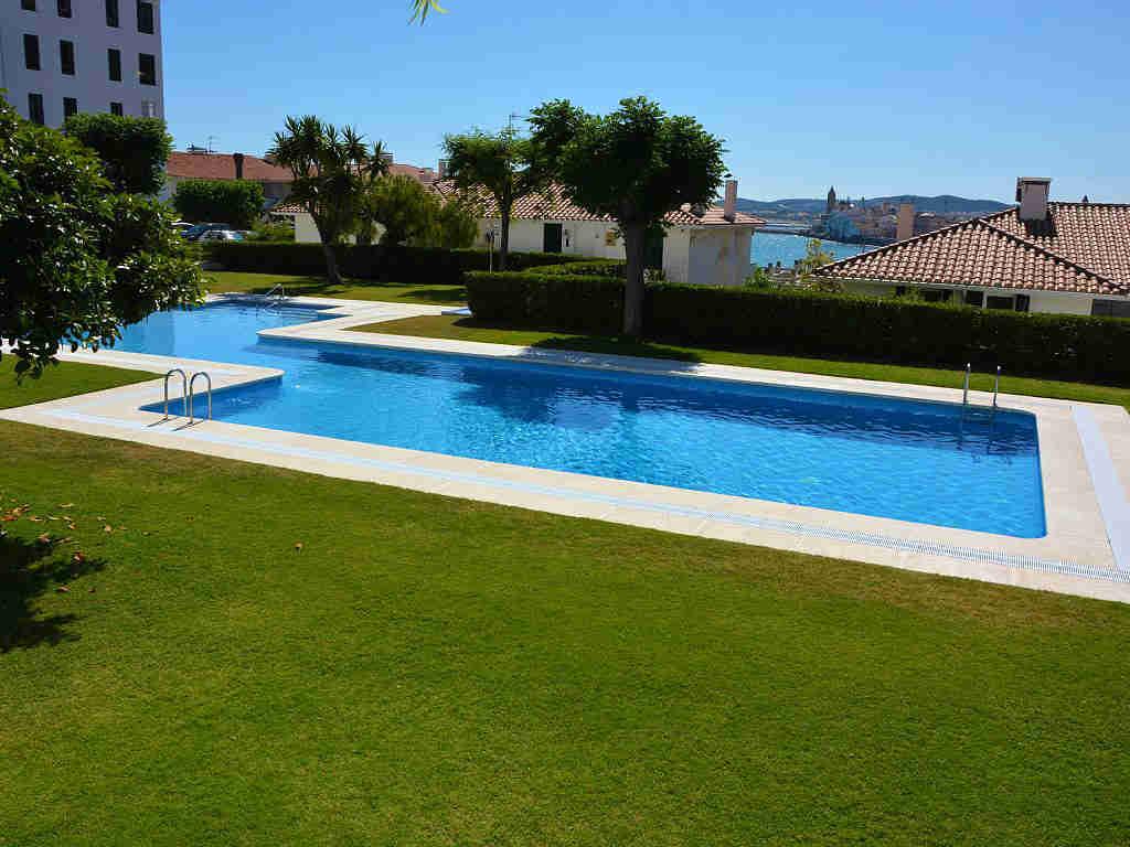 Appartement à louer à Sitges: piscine pour enfants et pour adultes