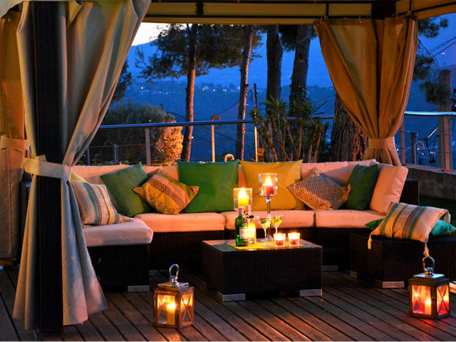 Chill-out de noche en el chalet con piscina privada en Sitges
