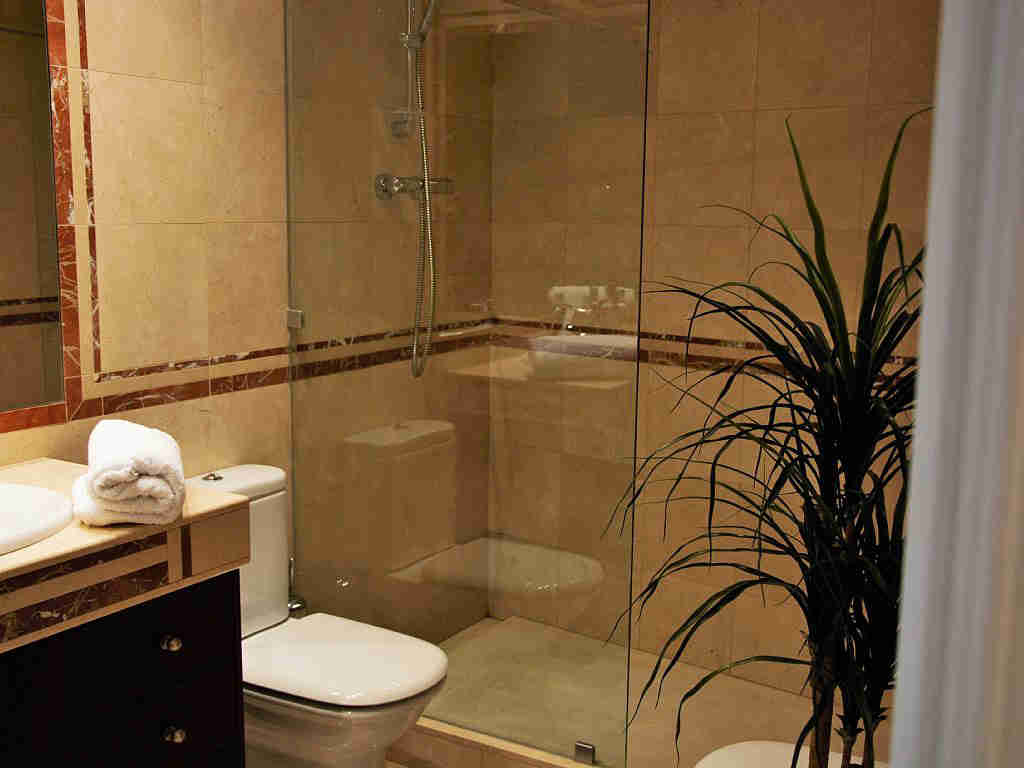 apartment for holiday in sitges and its second suite bathroom