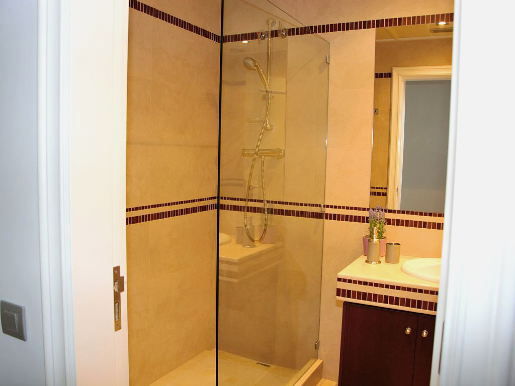 apartment for holiday in sitges and its bathroom