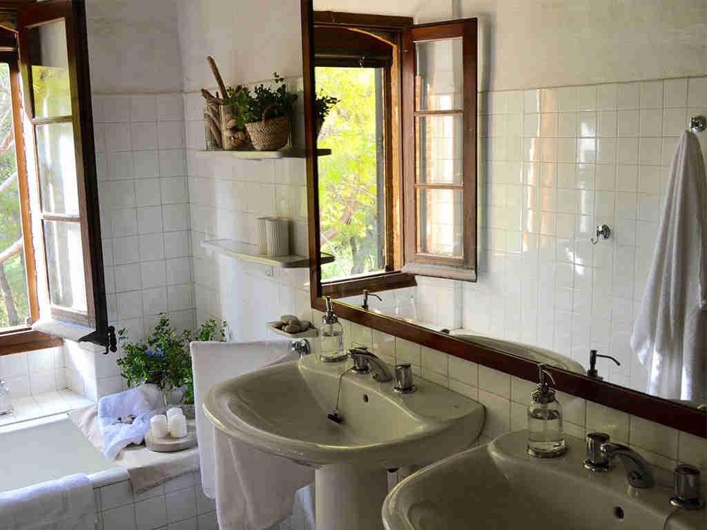 picas y espejo del cuarto de baño de la casa rural en sitges