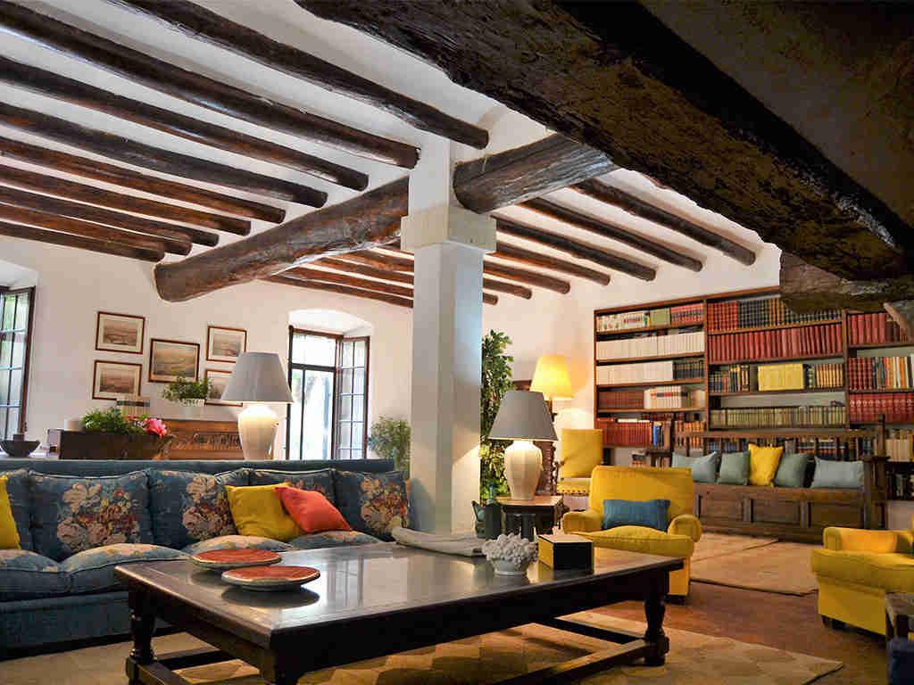 casa rural en sitges y su acogedor salón