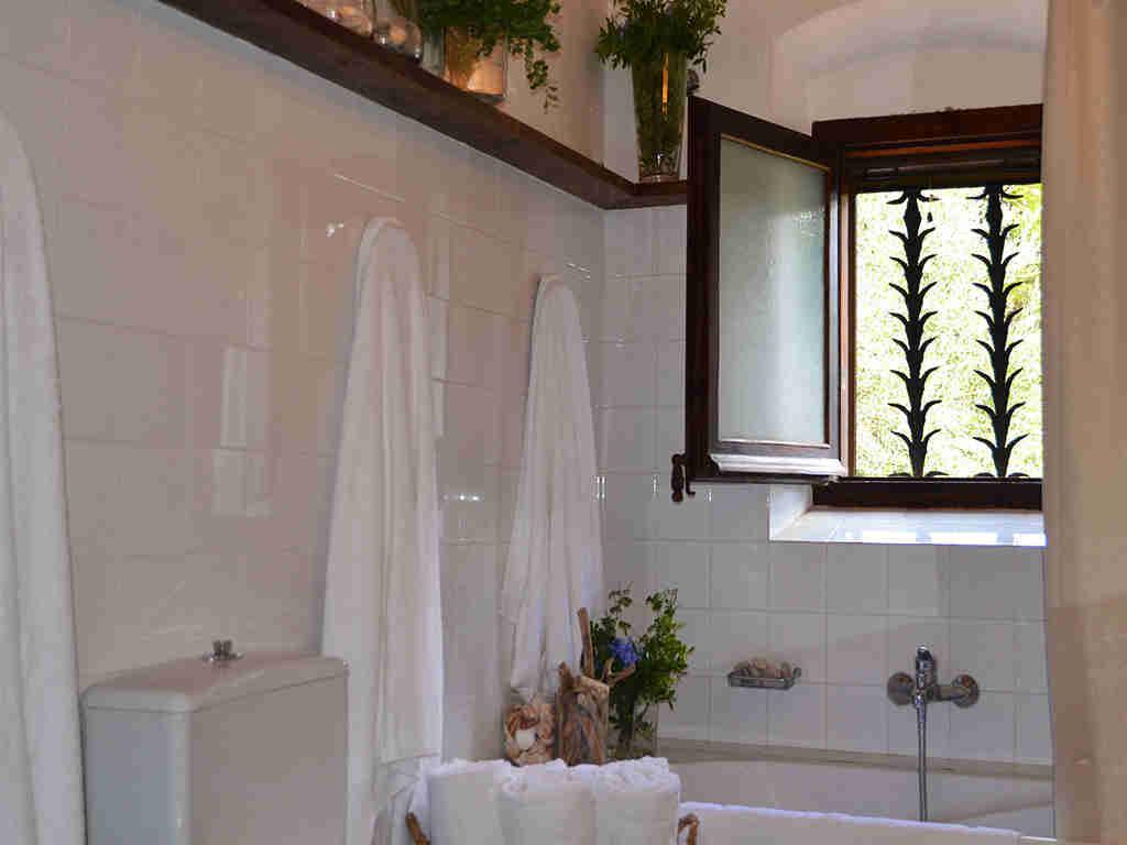 la casa rural en sitges y su cuarto de baño 2