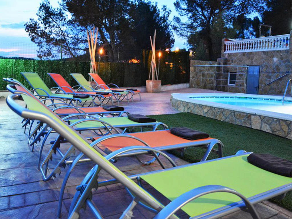 chalet para alquilar en verano en sitges y su terraza de noche