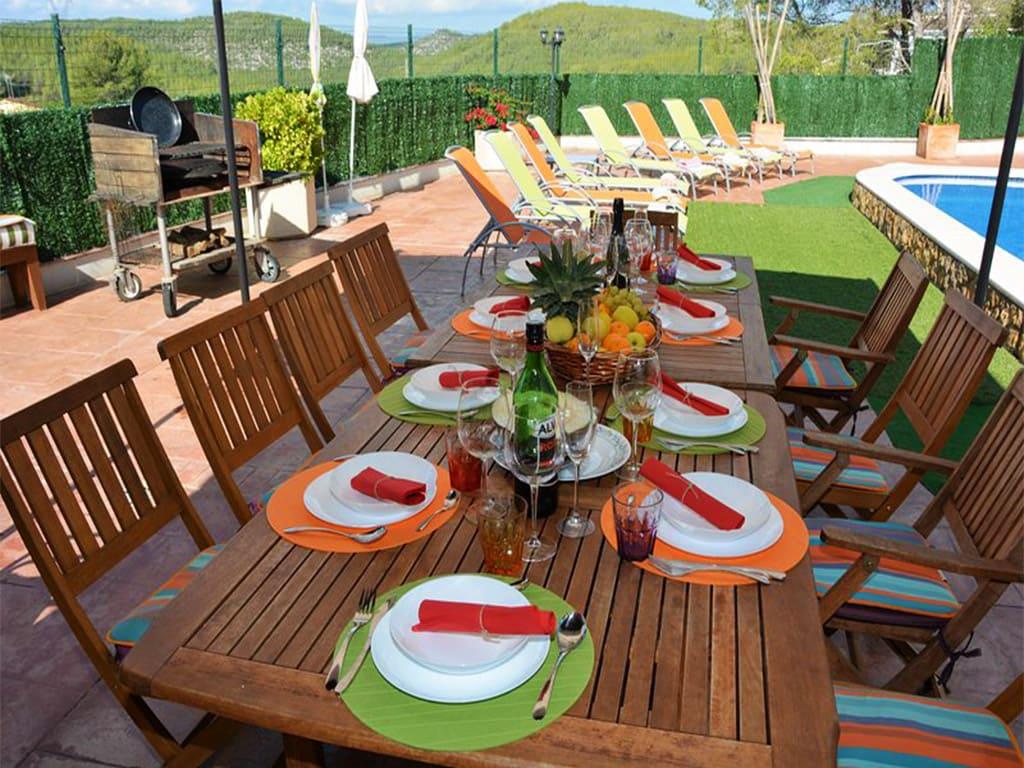 comedor exterior del chalet para alquilar en verano en sitges