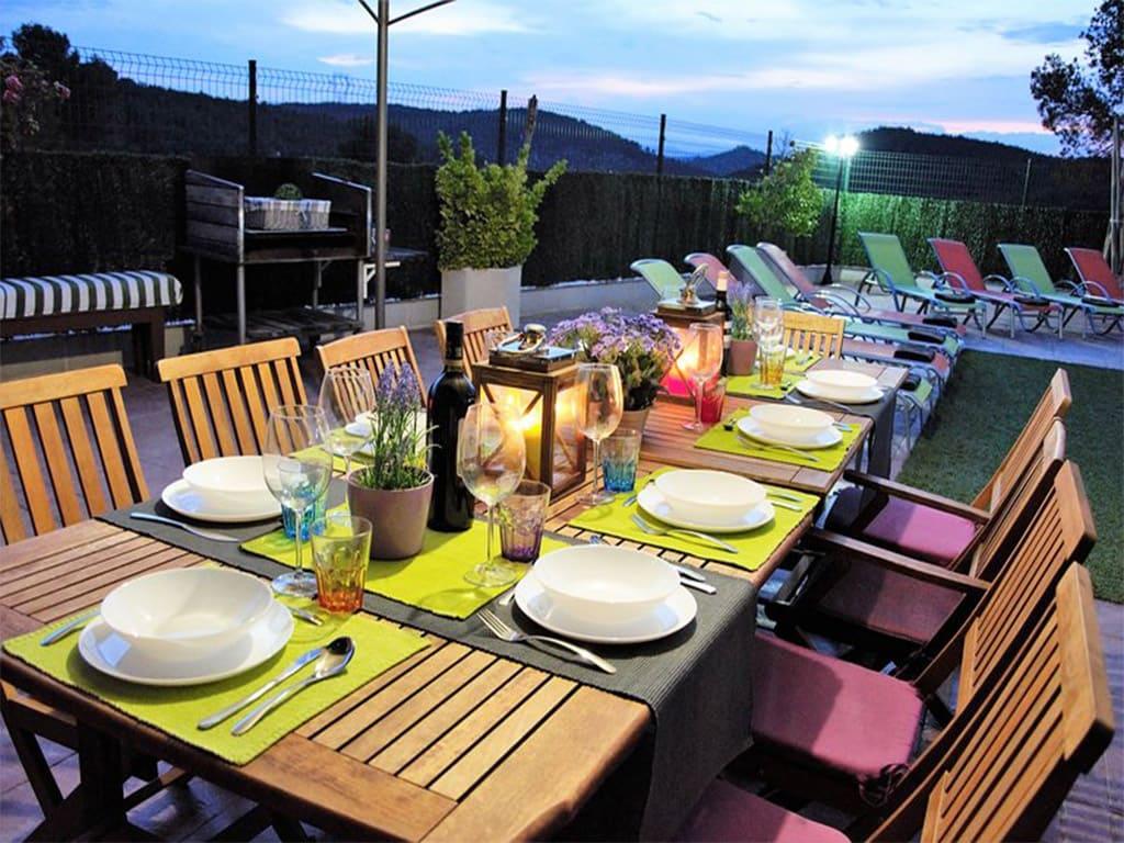 chalet para alquilar en verano en sitges y su comedor exterior de noche
