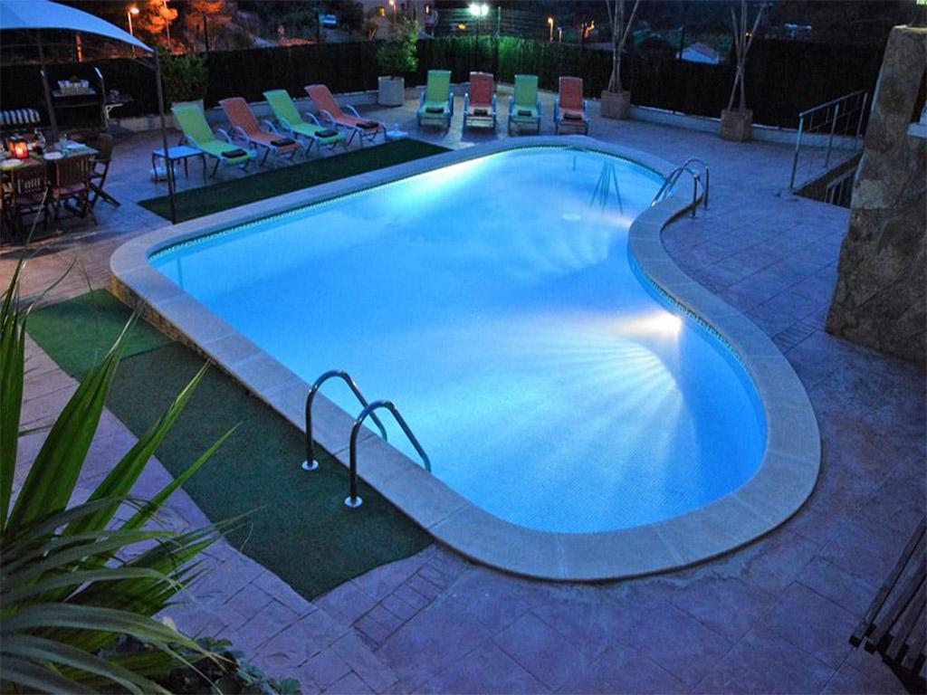 chalet para alquilar en verano y su gran piscina de noche