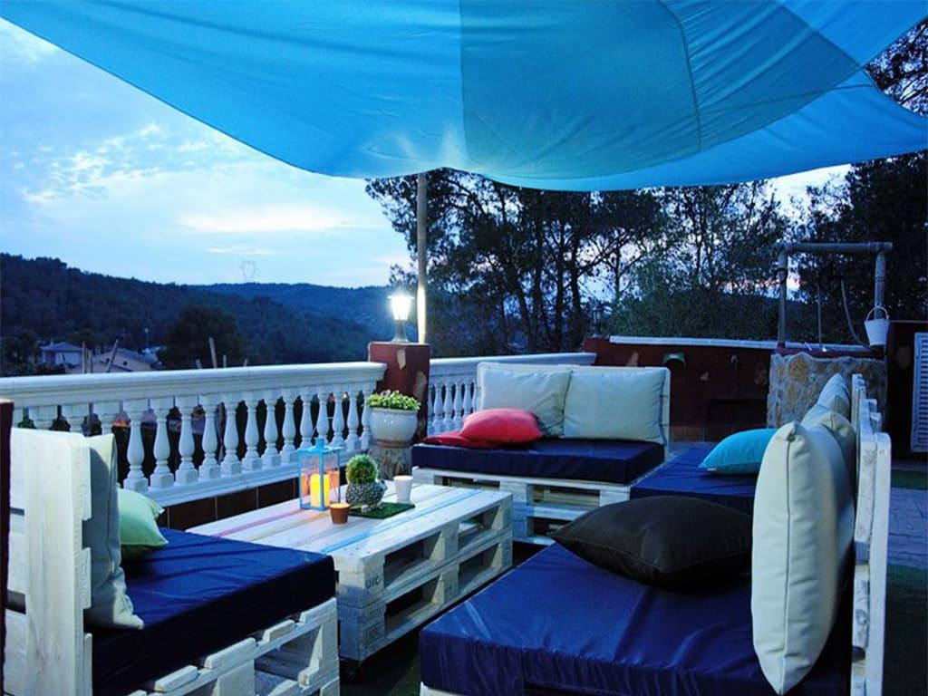 chalet para alquilar en verano y su chill-out mediterráneo de noche