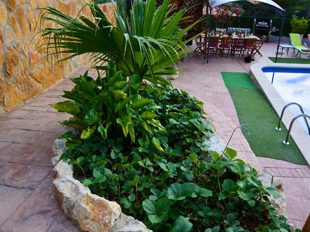 chalet para alquilar en verano en sitges y su vegetación mediterránea