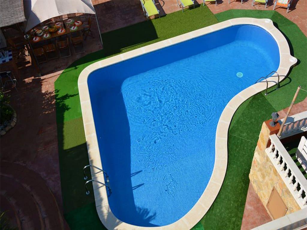 chalet para alquilar en verano en sitges y su piscina