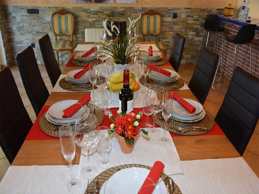 chalet para alquilar en verano en sitges y su mesa de comedor