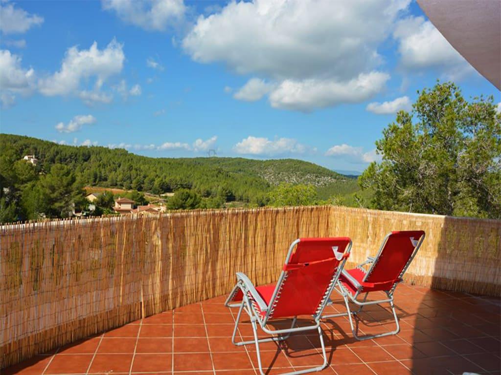 Location de vacances à barcelone: terrasse avec chaises longues