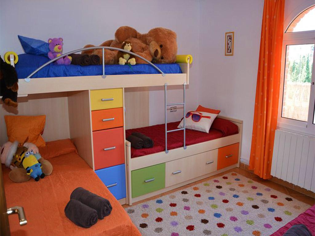 chalet para alquilar en verano en sitges y su dormitorio de niños
