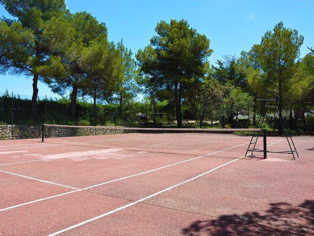 pista de tenis y frontón en la casa rural en sitges