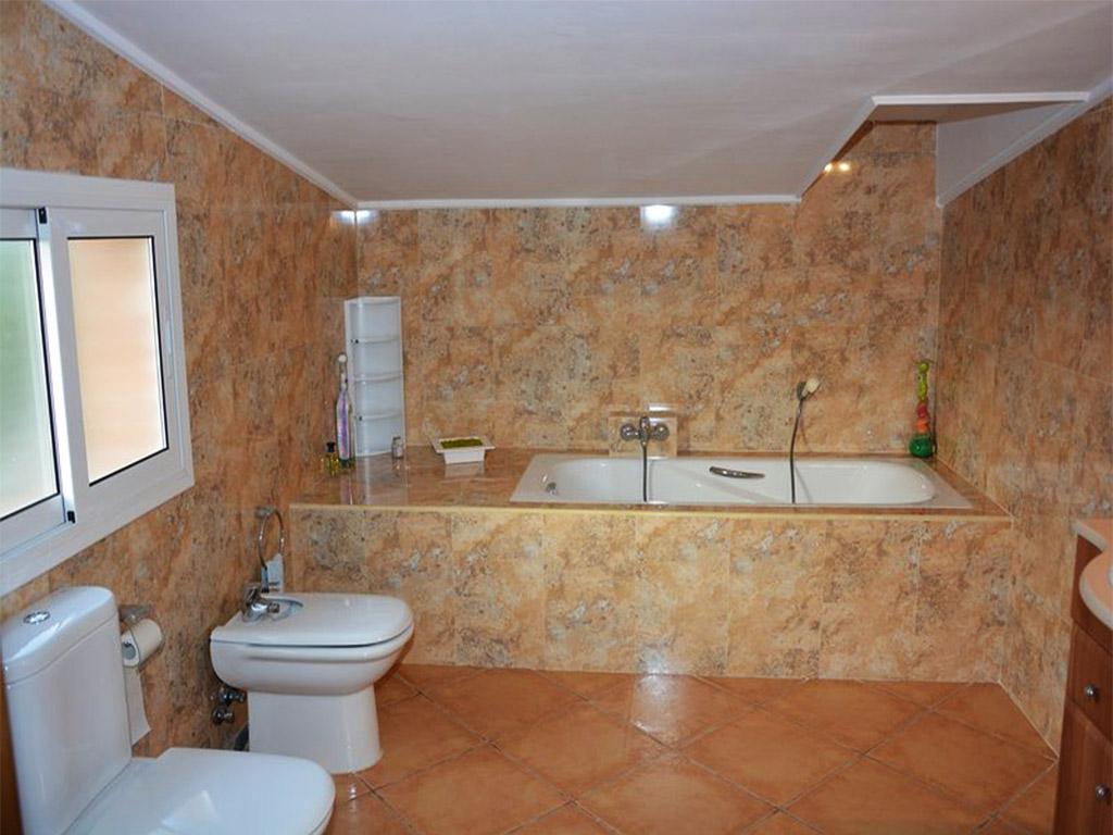 baño con bañera del chalet para alquilar en verano en sitges