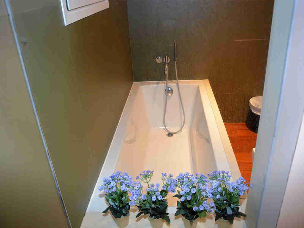 Location d'appartement à Sitges: salle de bains avec baignoire