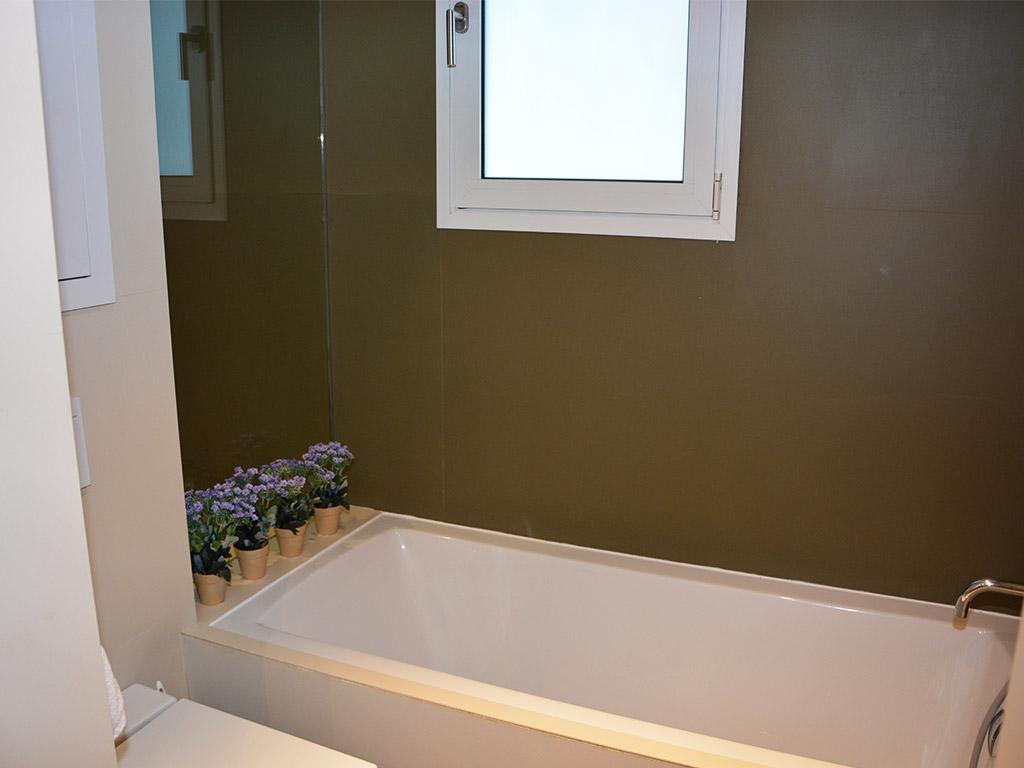 apartamentos vacacionales en sitges con una gran bañera
