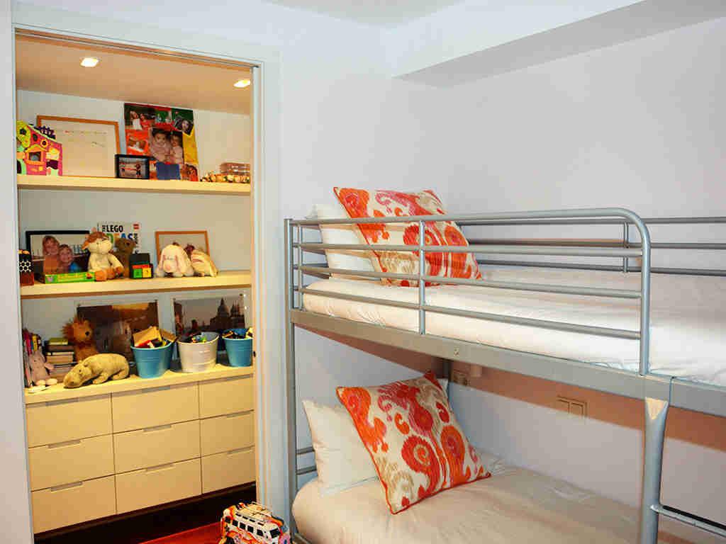 apartamentos vacacionales en sitges con una habitación doble con litera
