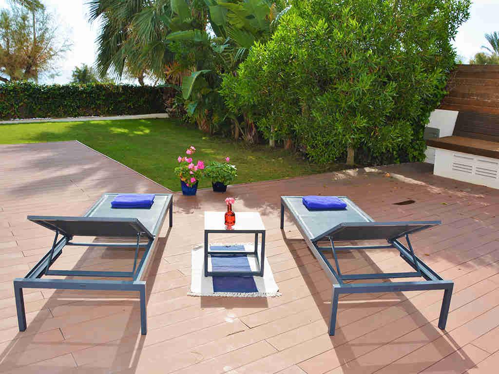 Location d'appartement à Sitges: terrasse avec chaises longues