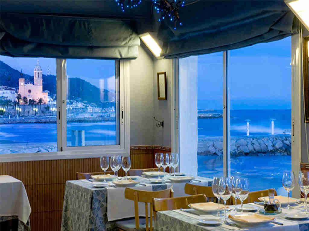 restaurants in sitges by night with views on the sea