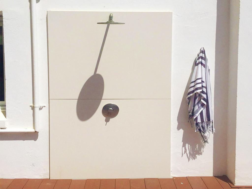Location d'appartement à Sitges: douche extérieure