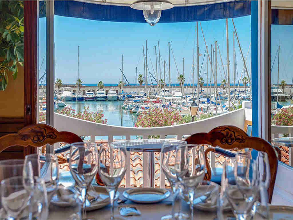 restaurants in sitges port with a view on piers