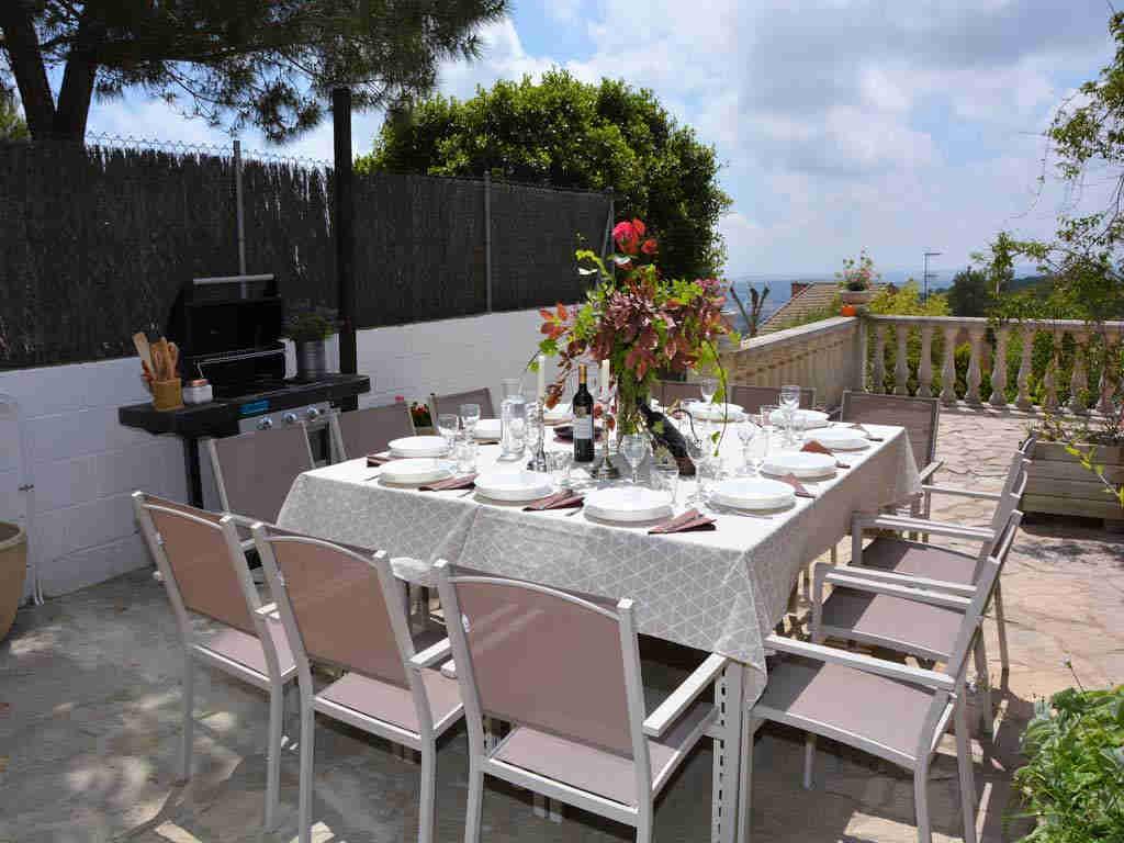 Villa en Sitges con comedor exterior.