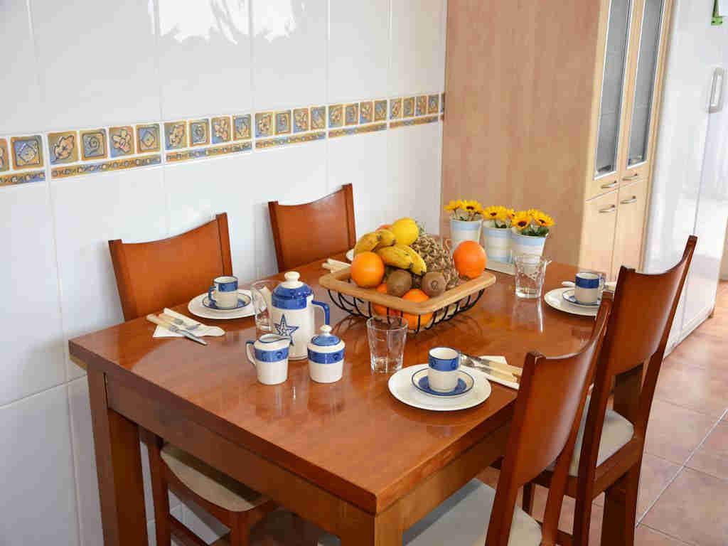 Villa en Sitges con mesa en la cocina.