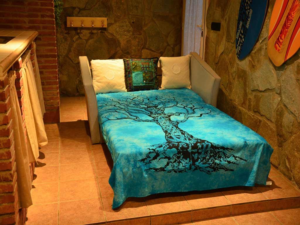 Villa en Sitges con cama colorida.