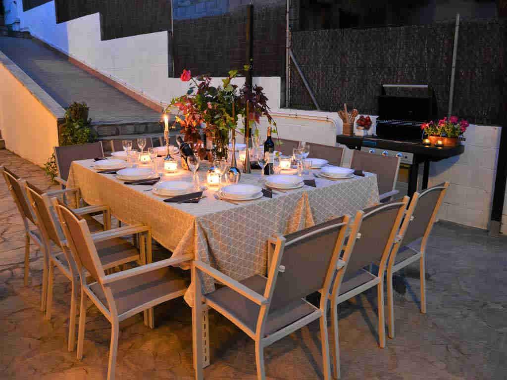Villa en Sitges con iluminada mesa de noche.