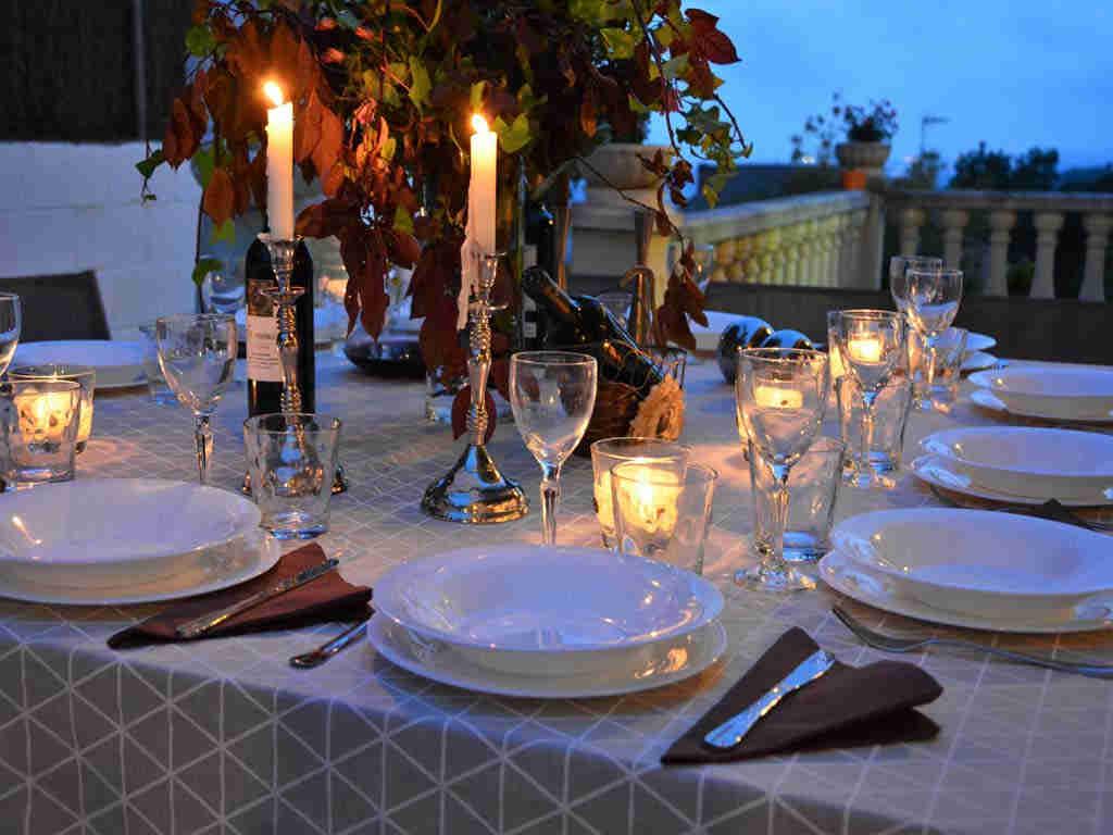 Villa en Sitges con mesa con velas.