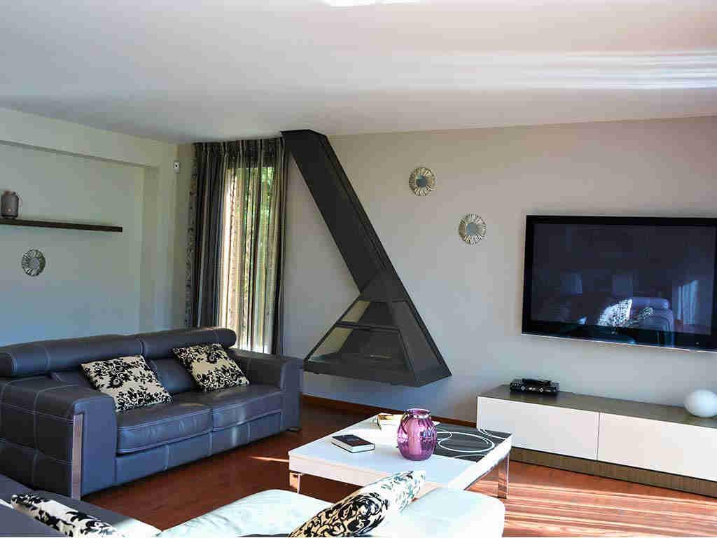 Location de villa Barcelone avec piscine privée: salon et cheminée ...