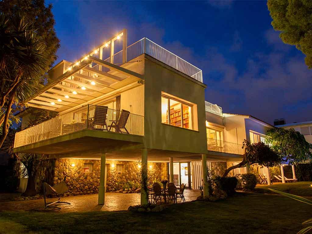 Villa à sitges en location pour les vacances: façade pendant la nuit