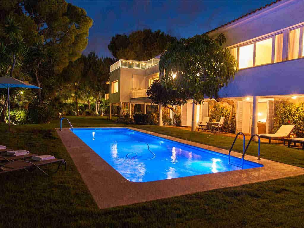 Villa à sitges en location pour les vacances: jardin illuminé
