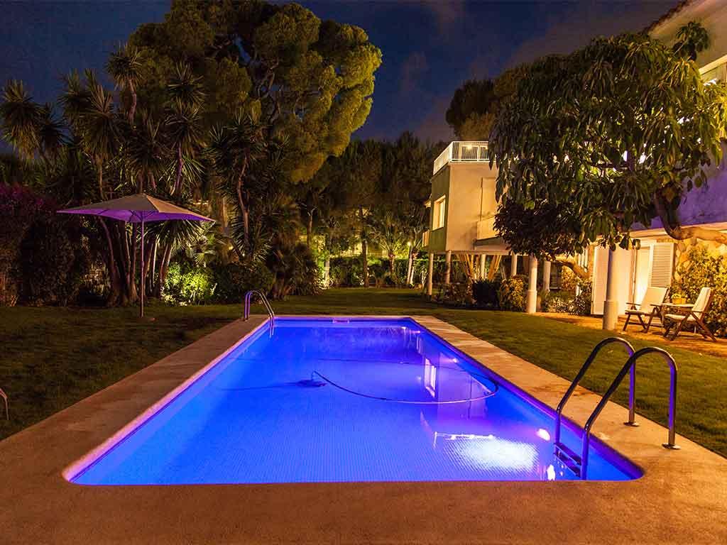 Villa vacacional en Sitges: piscina por la noche