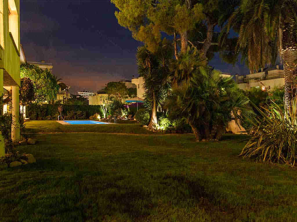 Villa vacacional en Sitges: jardín de noche