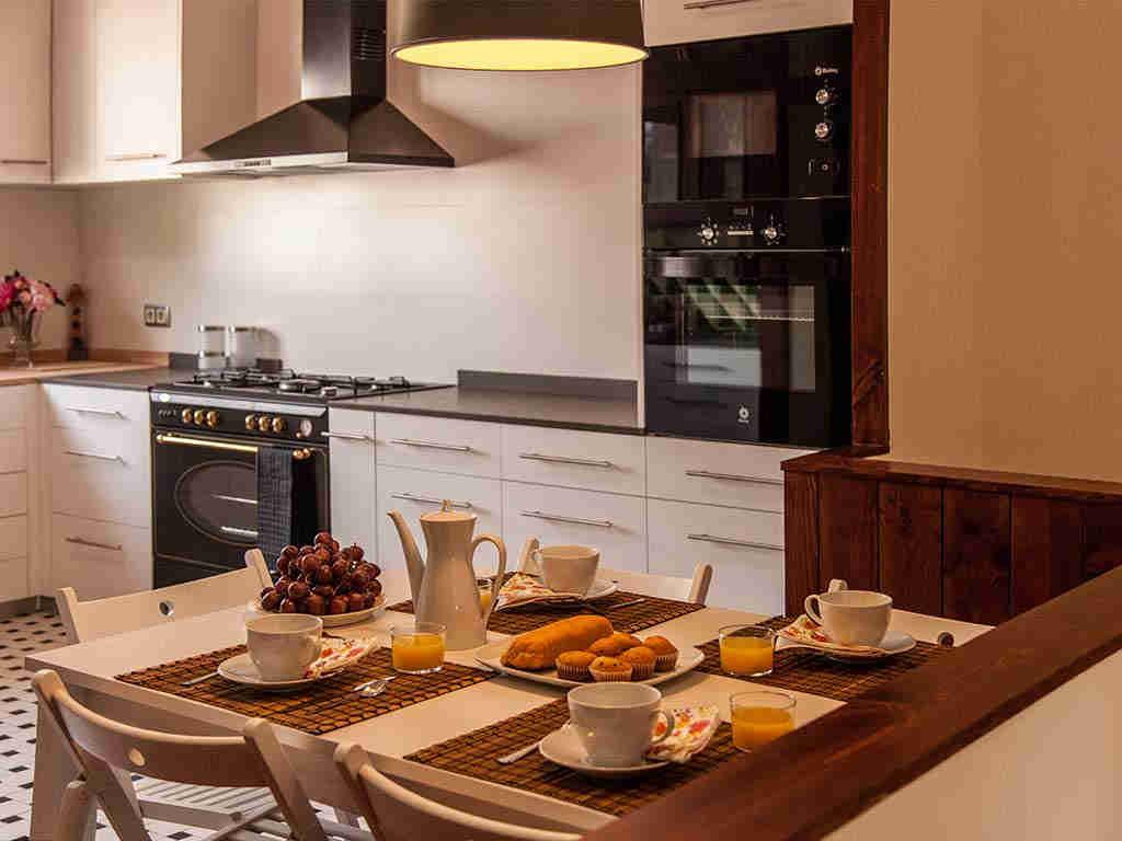 Villa vacacional en Sitges: cocina con mesa de desayuno