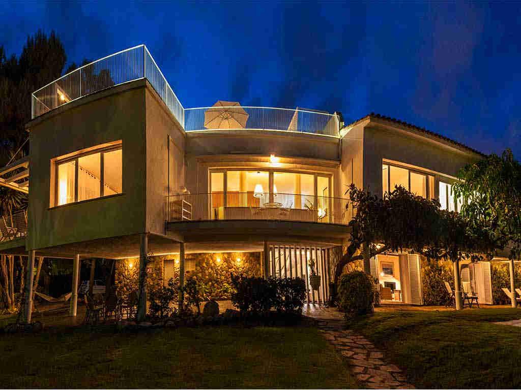 Panorámica nocturna de la Villa vacacional en Sitges