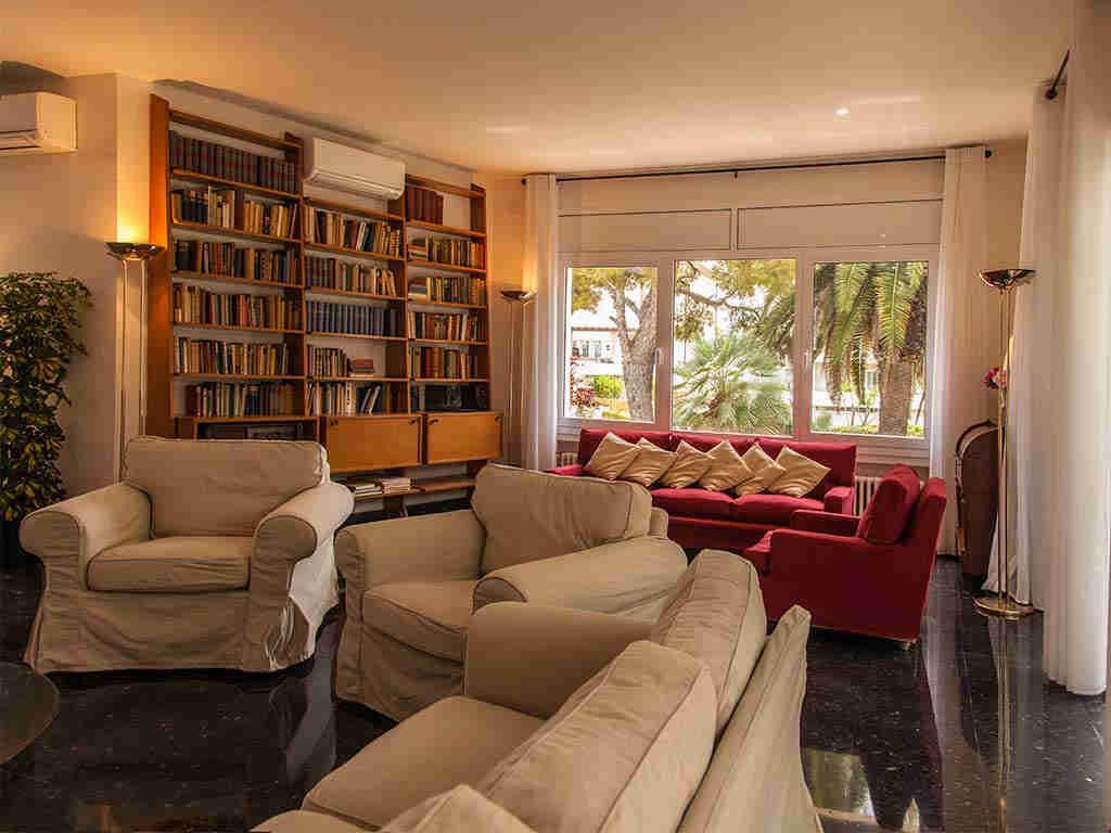 Villa vacacional en Sitges: salón con biblioteca