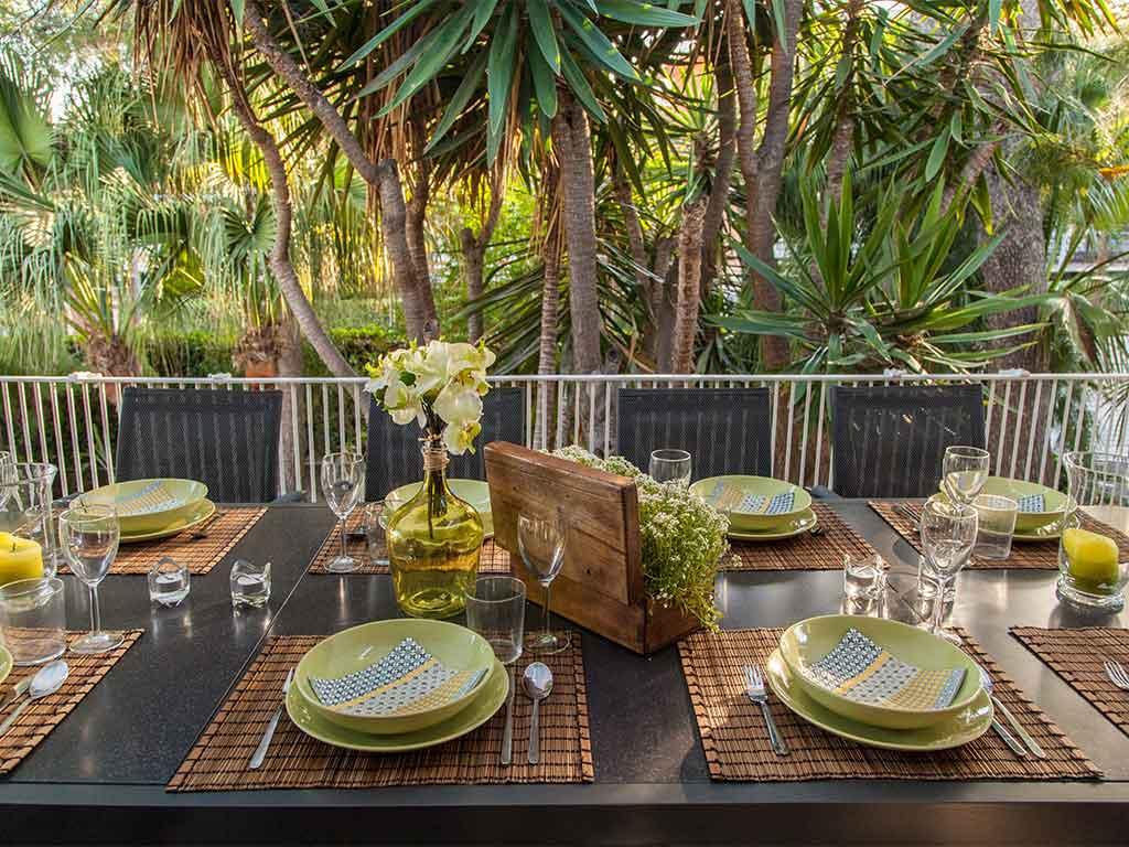 Villa vacacional en Sitges: decoración de mesa exterior