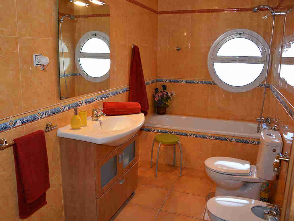 Sitges villa with 2 pools. Bathroom with bathtub with shower.