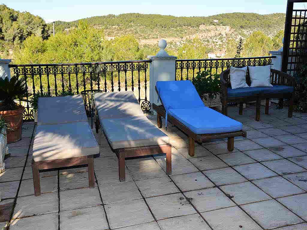 Villa de vacances à Sitges: terrasse avec chaises longues
