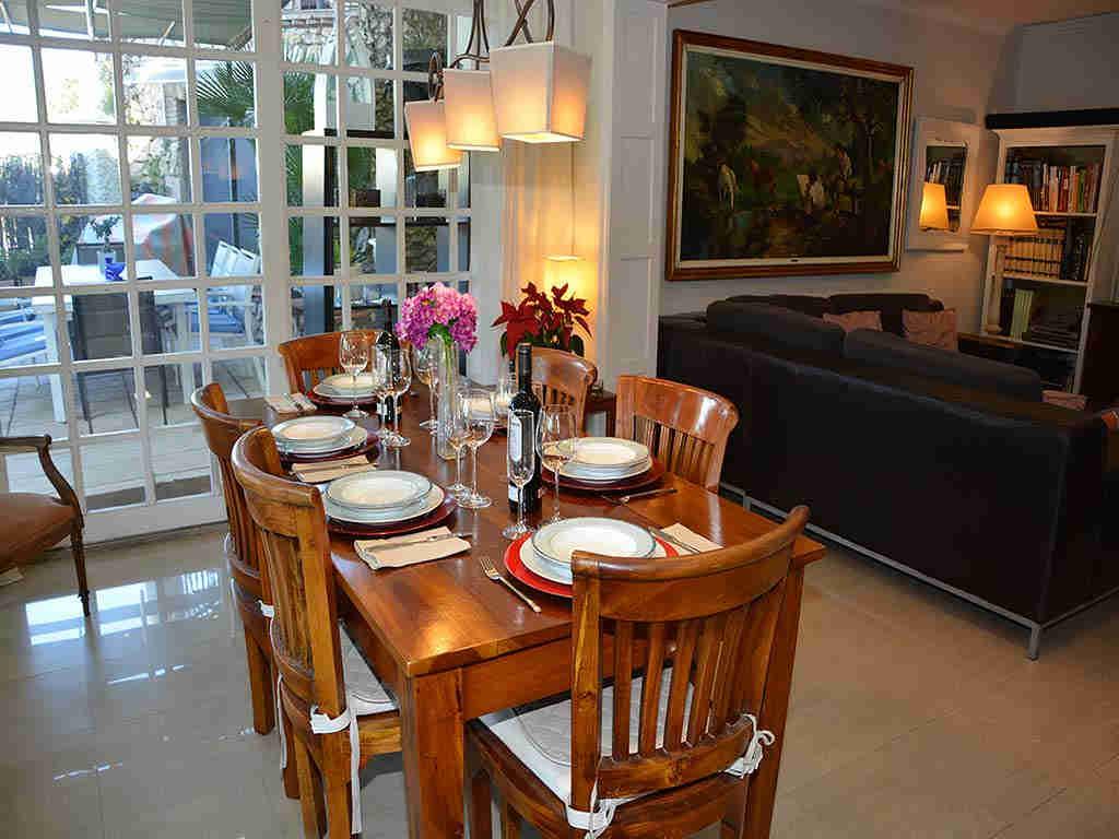 Villa de vacances à Sitges: table pour dîner