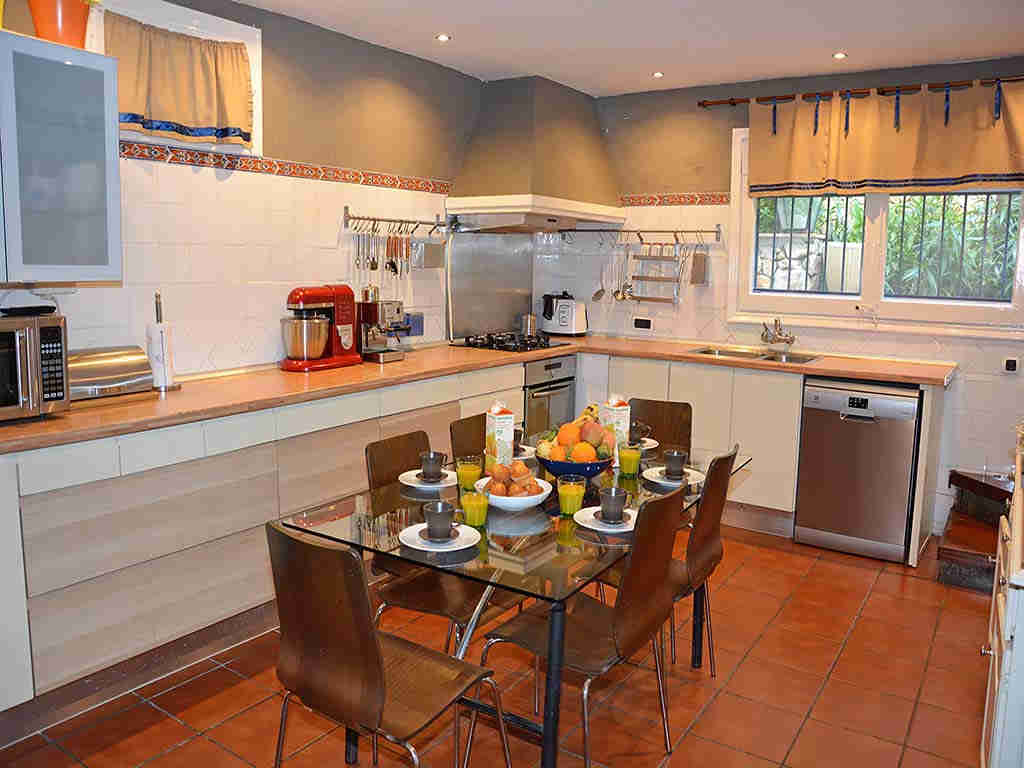 Villa de vacances à Sitges: table pour déjeuner