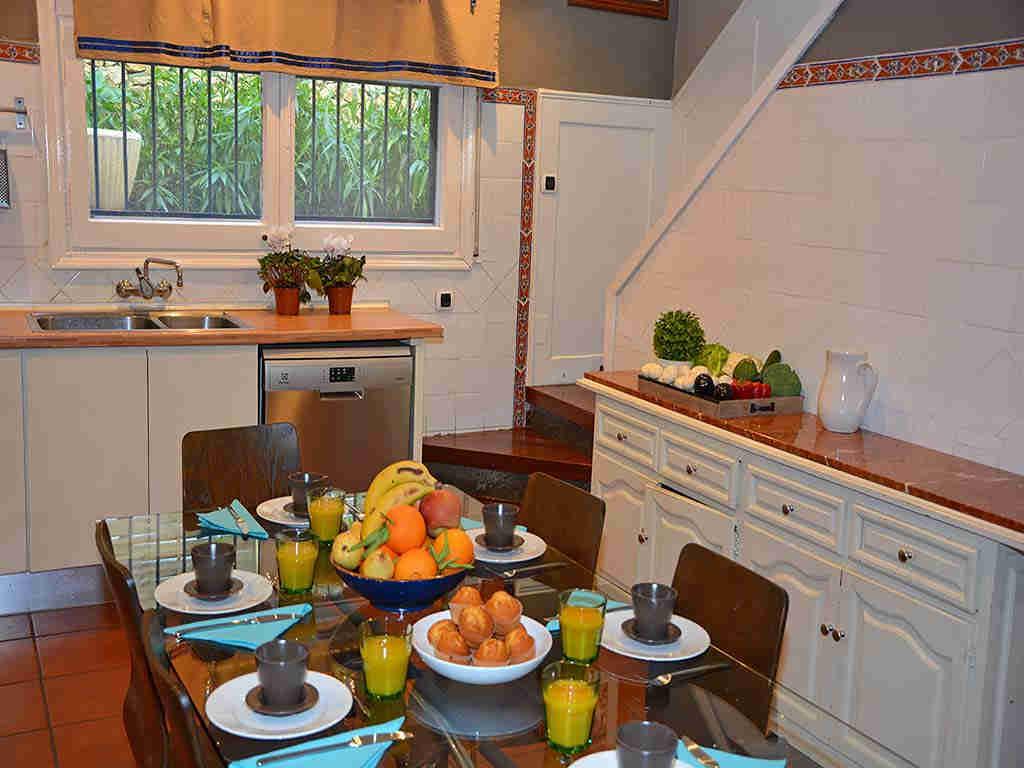 Villa de vacances à Sitges: cuisine avec table