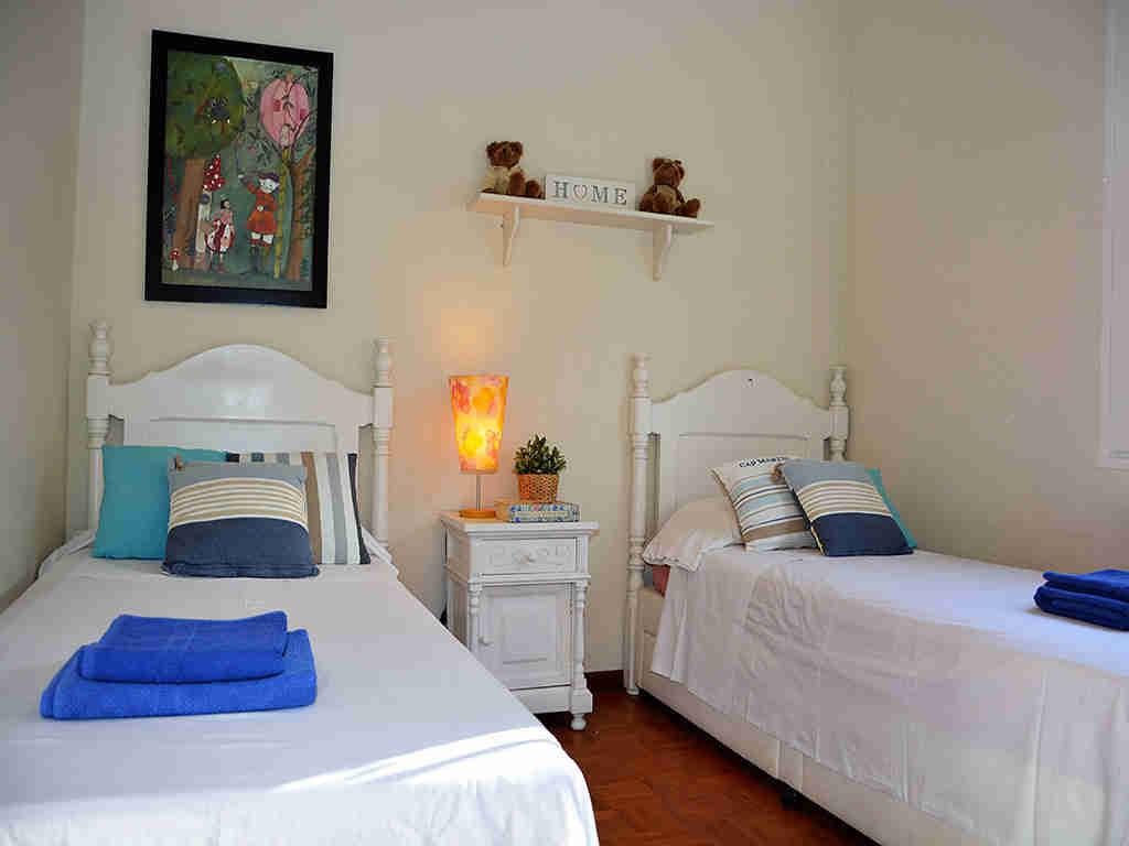 Villa de vacances à Sitges: chambre avec deux lits individuels