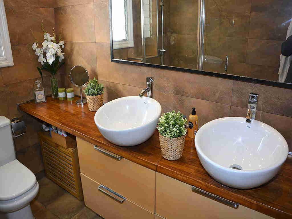 Villa de vacances à Sitges: salle de bain partagée