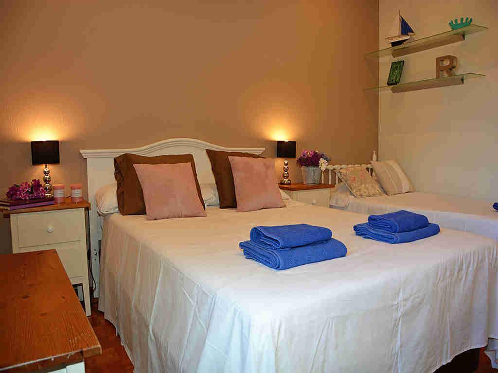 Villa de vacances à Sitges: chambre avec 3 lits